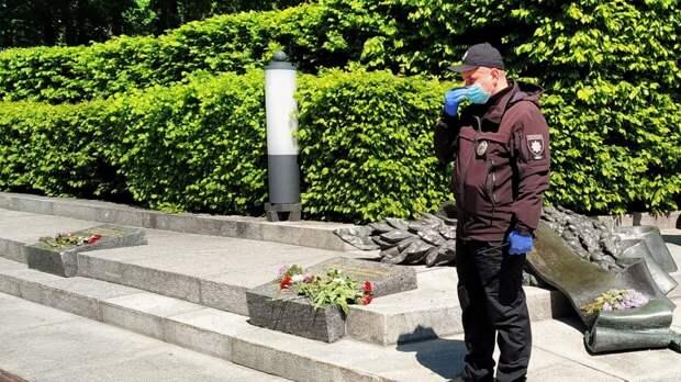 """Украинцы резко раскритиковали подростка за бросание """"зиги"""" в адрес ветерана"""