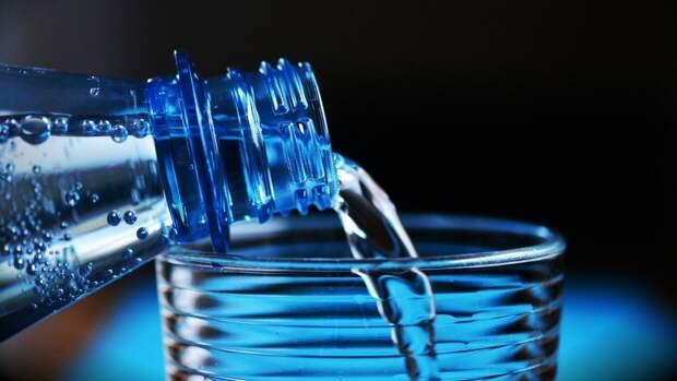 Гастроэнтеролог развеял миф о пользе трех литров воды в день