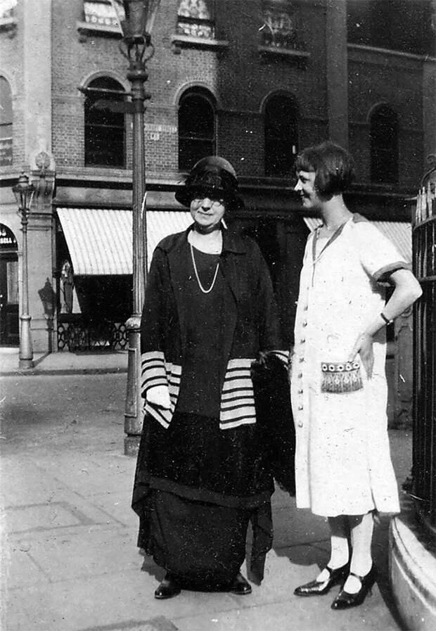 Мать и дочь, Лондон, 1926 год Стиль, винтаж, двадцатые, женщина, мода, прошлое, улица, фотография