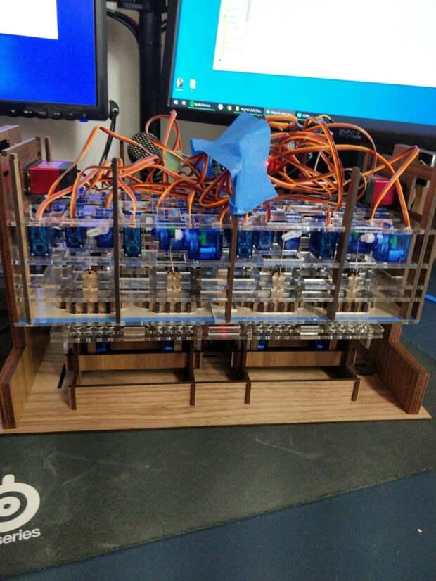 Механико-цифровые часы из стальных шариков