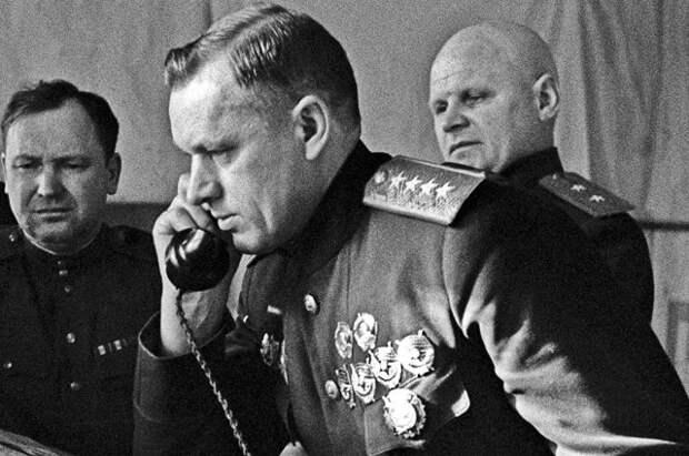 Командующий 1-м Белорусским фронтом генерал армии Константин Рокоссовский на командном пункте в 1944 году.