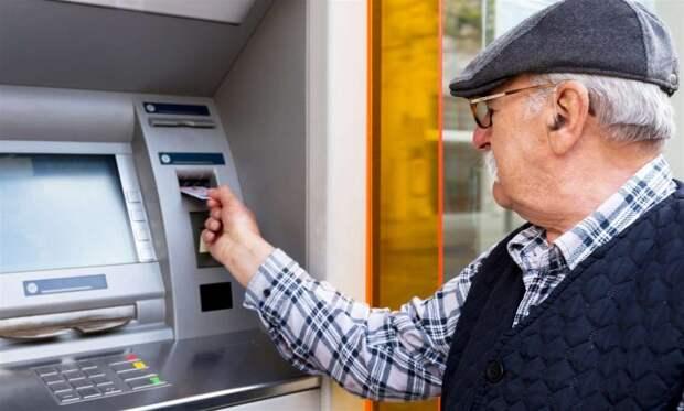 Как владельцы пенсионной или зарплатной карты могут угодить в долговую яму: реальные примеры