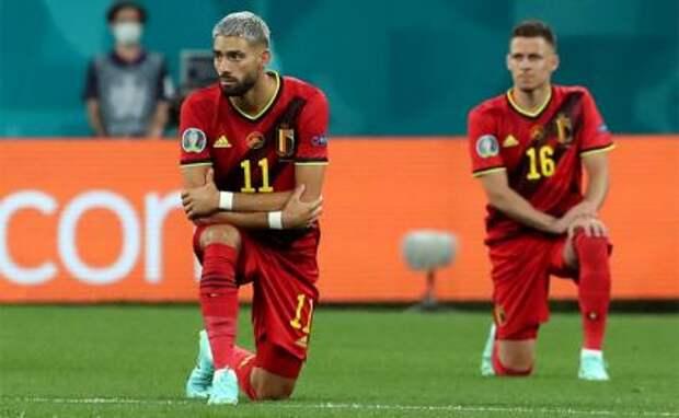 На фото: игроки сборной Бельгии Янник Карраско и Торган Азар (слева направо) перед матчем чемпионата Европы по футболу Евро-2020 между командами Бельгии и России