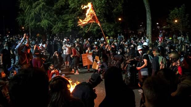 Протестующие в Портленда подожгли здание Ассоциации полиции