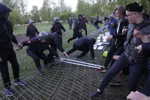 В Екатеринбурге продолжается конфликт вокруг строительства храма на месте сквера у Драмтеатра.