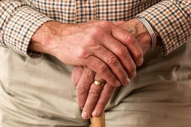 Соцработники в Лианозове обходят квартиры пенсионеров и сообщают о вакцинации