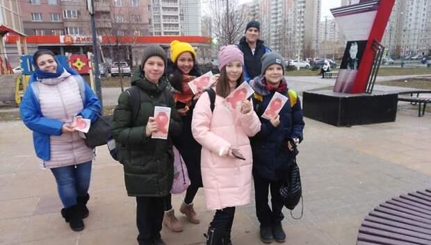 Буклеты о профилактике ВИЧ раздали прохожим на бульваре 65‑летия Победы
