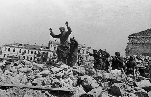 Пленные немцы на развалинах Севастополя около Графской пристан