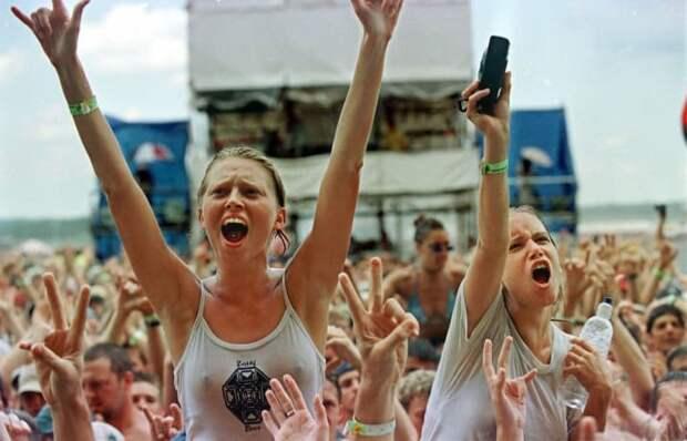 """Вудсток-99 задумывался организаторами как """"повтор"""" якобы удачного фестиваля 1994 года. Однако о Вудстоке-94 отзывались также нелестно. 90-е, Вспомним, Фестиваль, вудсток, музыка, рок, трэш, фото"""