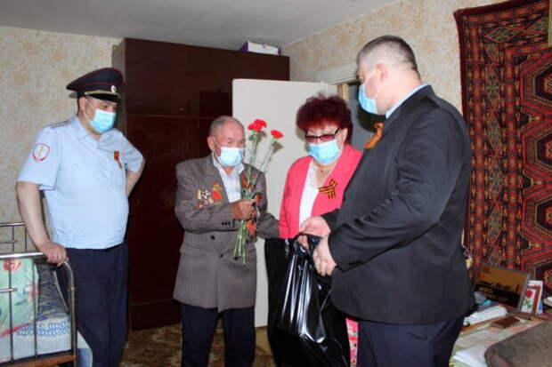В Кировграде в День Победы полицейские поздравили  главных героев праздника
