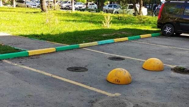 УК Подольска установила ограничители, препятствующие парковке машин на тротуаре
