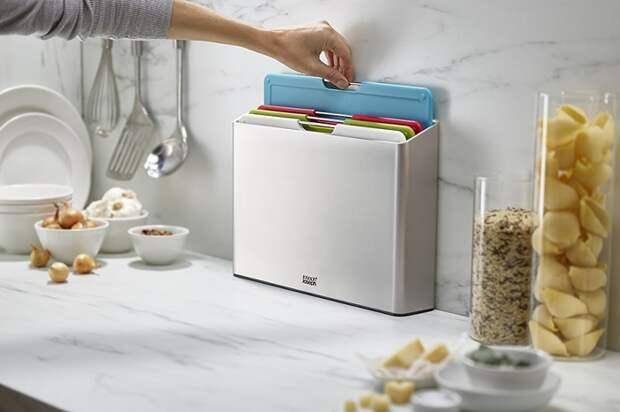 На кухне должно быть несколько разделочных досок для разных продуктов. / Фото: ozon.ru