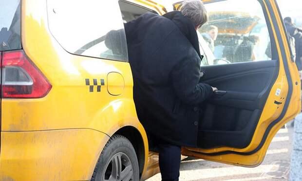 Жителя Москвы избили и ограбили в такси
