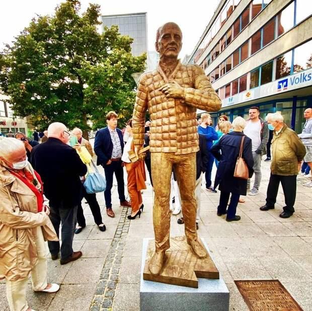 В Германии поставили памятник Горбачеву, при жизни.