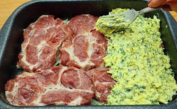 Накрываем мясо салатом для большей сочности и готовим вместе. Гарнир уже не потребуется