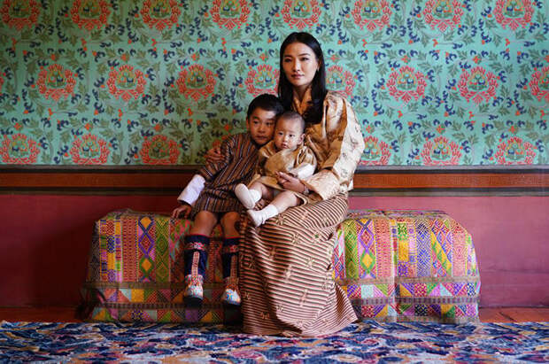 Король и королева Бутана поделились новыми портретами сыновей