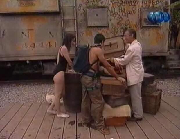 В конце передачи профессор возле поезда выкупает и победителей статуэтку.
