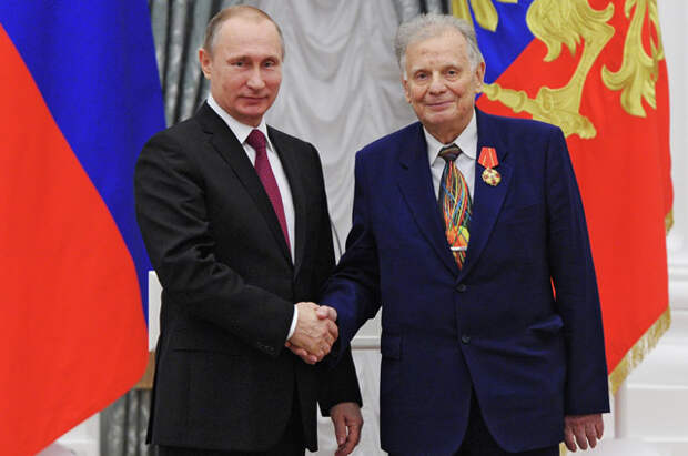 Владимир Путин и Жорес Алфёров во время церемонии вручения государственных наград в Екатерининском зале Кремля. 2015 г.