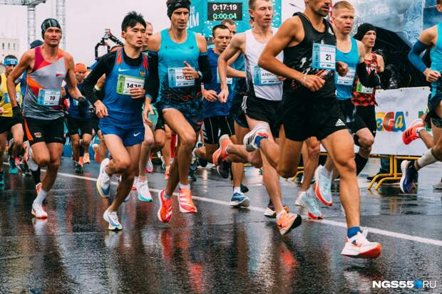 Беготня по лужам: фоторепортаж с Сибирского международного марафона