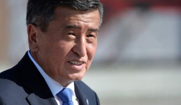 Оставившего пост президента Киргизии проводили аплодисментами