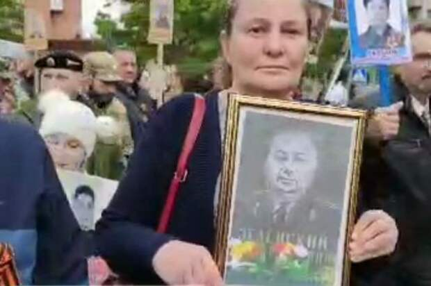 Участница «Бессмертного полка» в Донецке прошла с портретом деда Зеленского