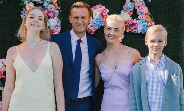 """Алексей Навальный посвятил жене пост с признанием в любви: """"Юля, ты меня спасла"""""""