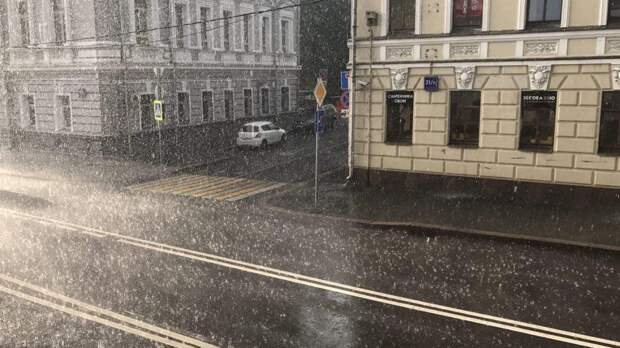 Ливень, гроза и град ожидаются в Москве до конца воскресенья