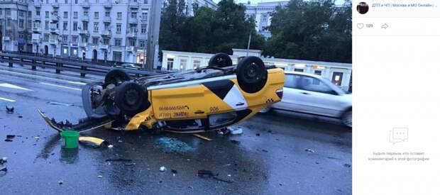 На Ленинградке перевернулось такси