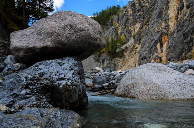 Зимой и весной гораздо проще - все эти камни и сама река скрыта под толстым слоем льда. Зимой всю долину покрывают массивные наледи.