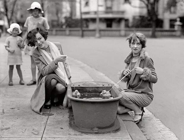Девушки с утятами в поилке для лошадей, апрель 1927 года Стиль, винтаж, двадцатые, женщина, мода, прошлое, улица, фотография