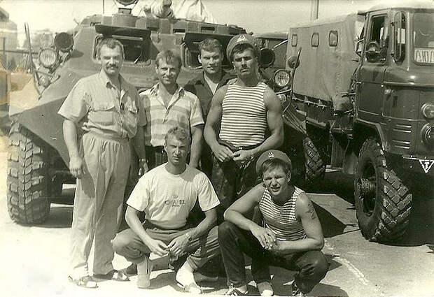 Чеслав Млынник (на фото - крайний слева) на базе рижского ОМОНа в августе 1991 года Из личного архива бойцов рижского ОМОНа