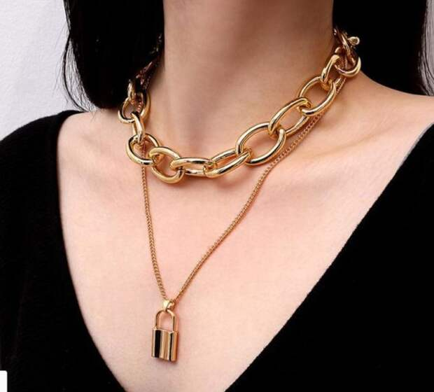 массивная золотая цепь на шее у девушки