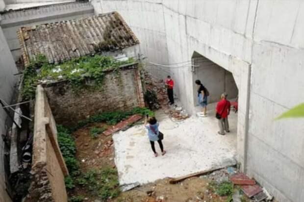 В Китае построили шоссе вокруг дома, хозяйка которого из-за жадности отказалась съезжать оттуда