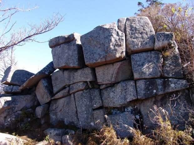 Артефакты истории. Каменная стена на горе Пидан.