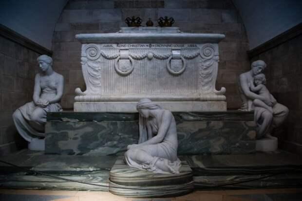 В Испании в королевском дворце найден загадочный саркофаг XIII века