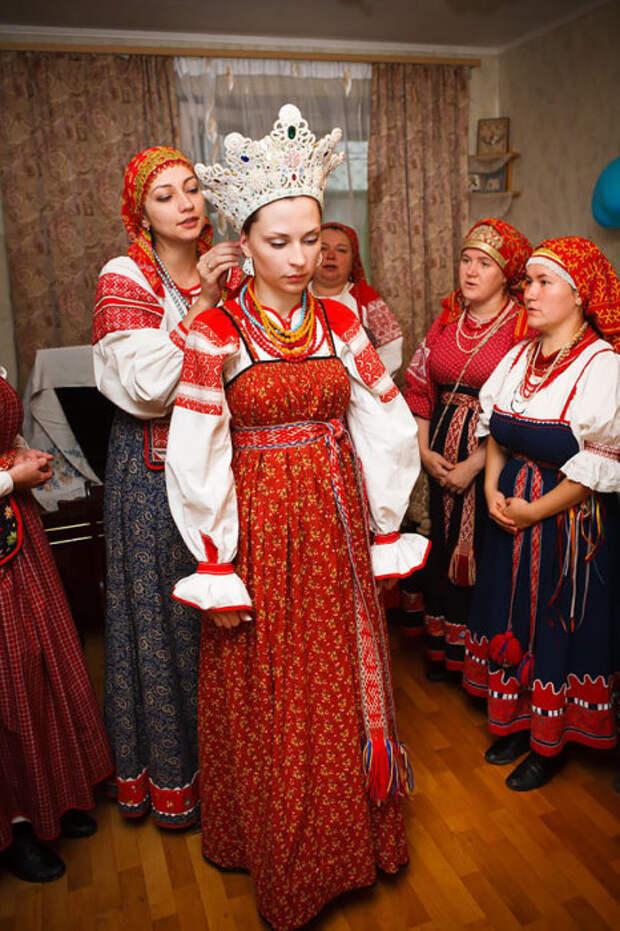 В России много различных этнических групп, и многие из них имеют свои собственные отдельные свадебные традиции.