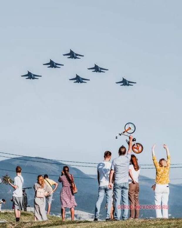 В Новороссийске русские лётчики передали привет Дональду Куку
