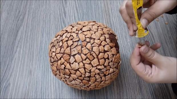 Не выбрасывайте ореховую скорлупу — сделайте стильную вещицу для вашего дома