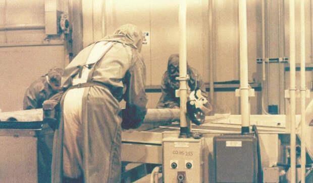 Эксперименты Эджвуд Неподалеку от залива Чесапик в Мэриленде расположена военная база США Edgewood Arsenal. С 1955 по 1975 год эта база была домом для тысяч испытаний, где вместо морских свинок выступали люди. Около 7000 добровольцев подписались к участию в программе «Эджвуд». Им обещали полную безопасность, к тому же, это было идеальным способом избежать военной службы во Вьетнаме. На самом деле ученые проверили на несчастных чуть ли ни каждое существовавшее химическое соединение. Одурманенные ЛСД солдаты сражались с невидимым противником, затем накачивались барбитуратами и погружались в длительные сновидения. На них даже использовали химические газы, такие как зарин.