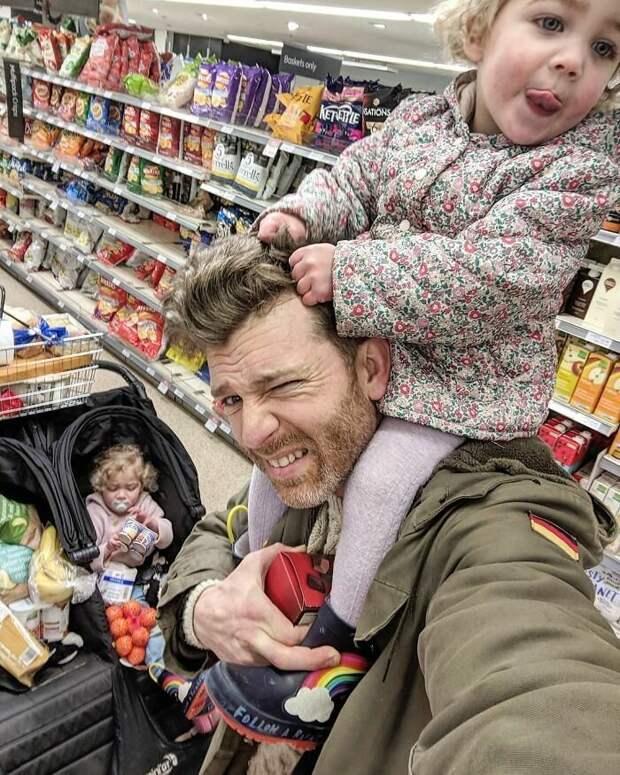 28. Мама опять уехала. Пошел уже шестой день. Даже поход в супермаркет вызывает мучения и стресс, но надо держаться... Отец года, дочери, инстаграм-аккаунт, отец герой, отец и дети, отцовство, родительство, семья