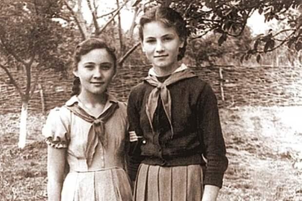 София Ротару (на фото справа) в возрасте 15 лет