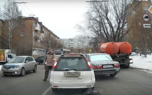 Неадекват на Волге избил водителя за отказ уступить дорогу