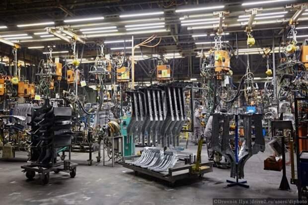 Детали кузовов штампуют здесь же, когда то это был кусок металла, а теперь уже часть кузова. Он производится с нуля. nissan, авто, автозавод, автомобили, завод, производство, сборка, цех