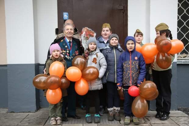 Многие ветераны вышли на улицу, чтобы пообщаться со всеми, кто пришёл их поздравить/Фото Романа Балаева