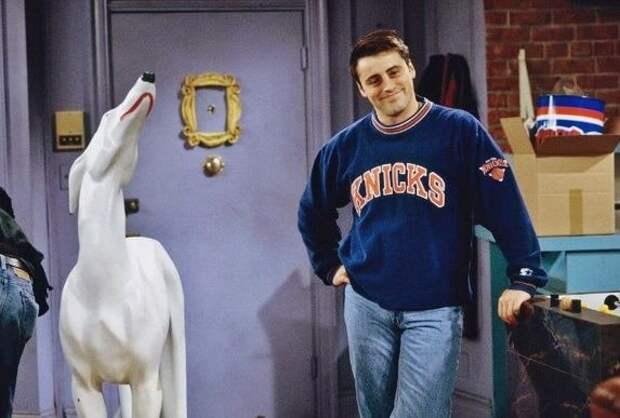 мэтт леблан и статуя белого пса