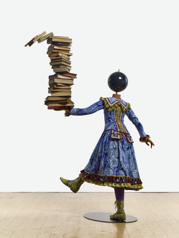 Девушка, балансирующая знаниями, 2015 год. \ Фото: facebook.com.