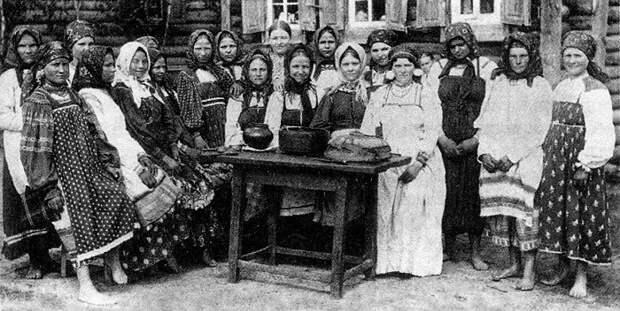 На этой фотографии нетрудно понять, что видишь крестьянок, потому что на виду загрубелые рабочие руки.