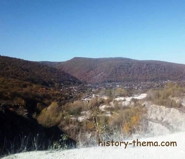 Вид с горы на урочище Каменный мост с современным поселком Каменномостский. Майкопский р-н Республики Адыгея (фото автора)