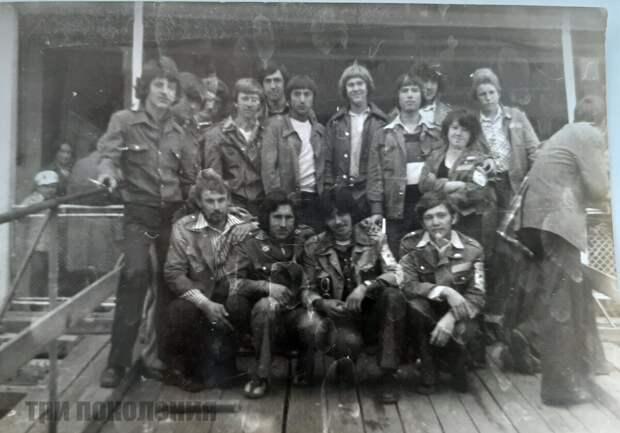 Все стройотрядовцы носили форму, помню, что у всех на куртках были металлические пуговицы. Под форму надевали белую футболку или рубашку.