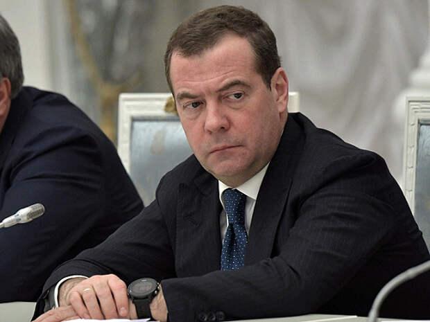 Медведев объяснил свои слова по поводу обязательной вакцинации от COVID-19